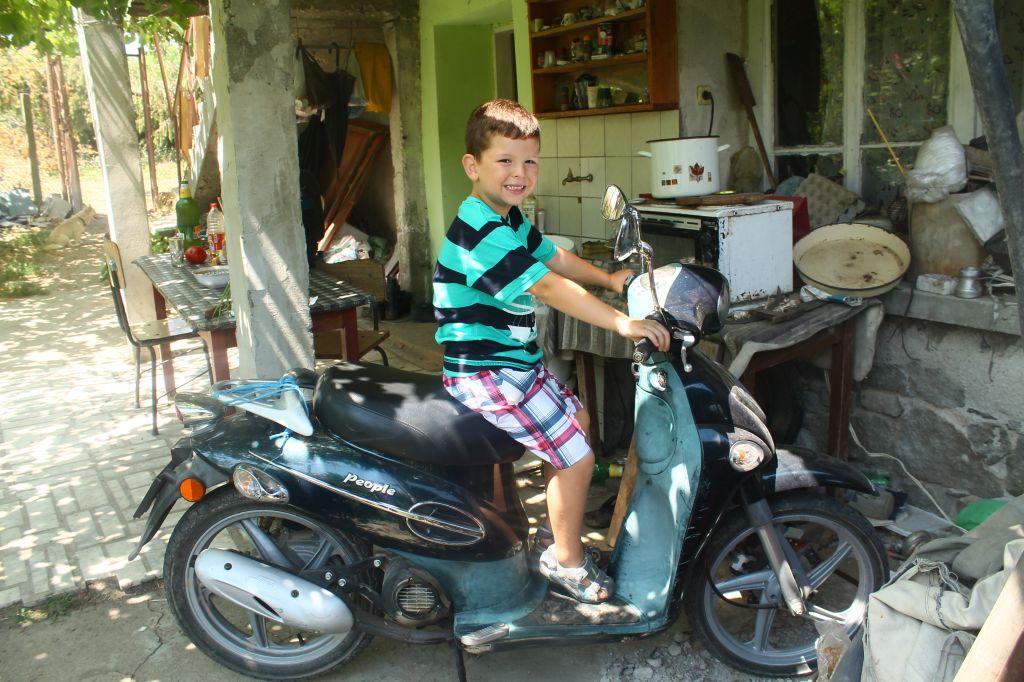 на стара кресна със скутера на дедо Божин